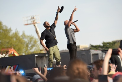 WASHINGTON, D.C., - APRIL 18: Musicians Usher and Common perform onstage during Global Citizen 2015 Earth Day on National Mall to end extreme poverty and solve climate change on April 18, 2015 in Washington, DC. (Photo by Noam Galai/Getty Images for Global Citizen)