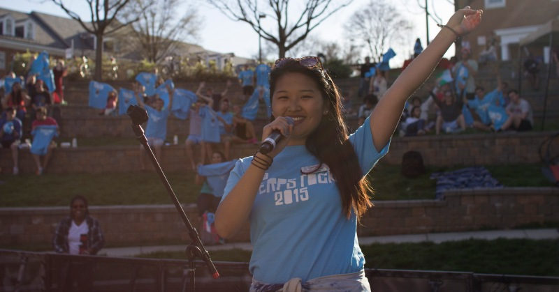 Jessie Xu asks audience members to pose for a photo with their Terpstock T-shirts. (Ryan Eskalis/Bloc Reporter)
